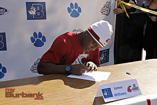 James Williams signs his National Letter of Intent for Washington State University (Photo By Edward Tovmassian)