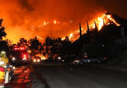 ....приходит сентябрь, И будет тревожно кружиться оторванный лист, Он в ветре прохладном немного продрог и озяб, Но что тут поделать? Природы осенней каприз... BFD-LaTuna-Fire-in-Burbank-at-night3-3-435x300