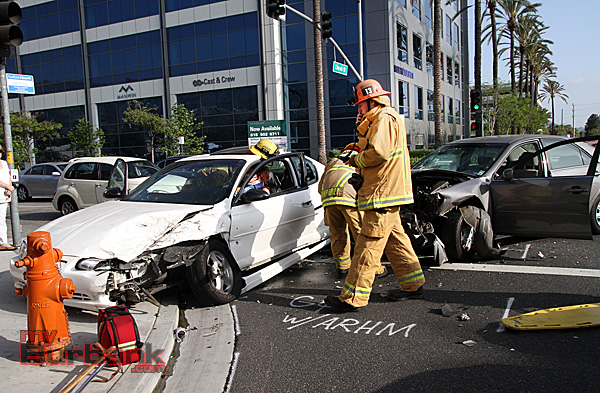 Burbank Fire Captain Brad Royal radios for additional equipment that would be needed to free this trapped driver. (Photo by Ross A. Benson)
