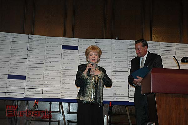 Debbie Reynolds talks about her early years in Burbank while master of ceremonies Johnny Holiday listens. (Photo by Joyce Rudolph)