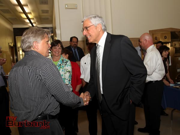 Assistant City Attorney Terry Stevenson meets new City Manager Mark Scott. (Photo by Ross A. Benson)