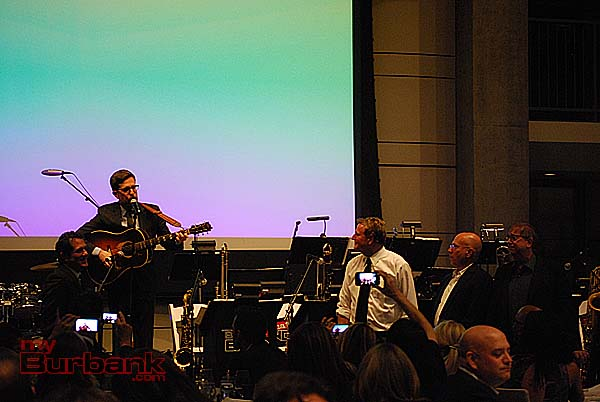 Ed Helms serenades the signed banjo auction winners. (Photo By Lisa Paredes)