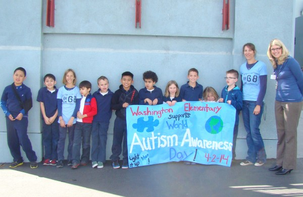 Students at Washington Elementary wear blue and stand up for World Autism Awareness Day, along with teacher Chandra Collins and Principal Brandi Young. (Photo Courtesy of Chandra Collins)
