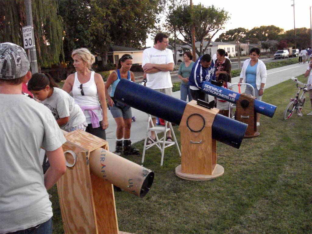 The monthly star parties held by Burbank Sidewalk Astronomers on Chandler Bikeway continue to grow in popularity. (Photo Courtesy of Burbank Sidewalk Astronomers)