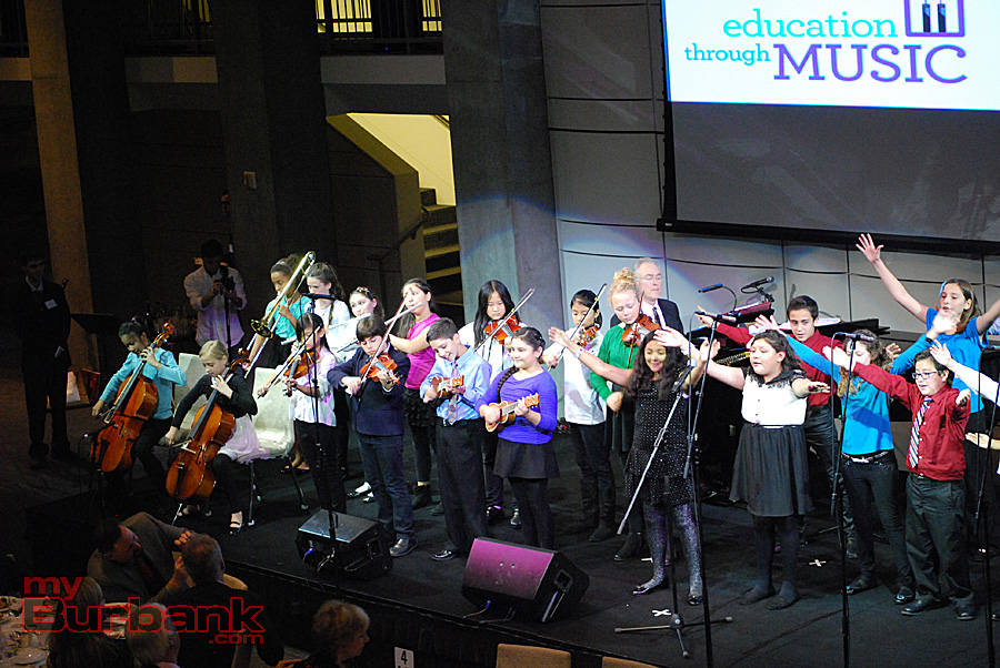 """Children from Burbank and Los Angeles public schools sing """"Let's Go Fly A Kite"""" with Shining Star honoree Steven Hollis on piano. (Photo By Lisa Paredes)"""