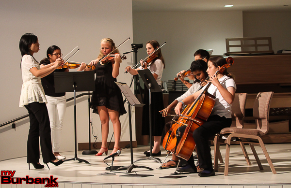 ETM-LA Strings Teacher Megan Shung Smith conducts the ETM-LA ensemble of Natalie Perez (violin), Ella Jennings (violin), Eyen Paredes (violin), Evan Lanier (violin), Avanti Jimenez (cello) and Stephanie Wilson (cello.) (from left to right) (Photo by © Ross A. Benson)