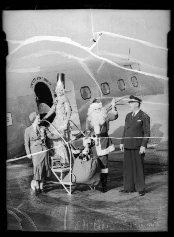 Santa_Claus_at_United_Airport_Burbank_CA_1935_image_1