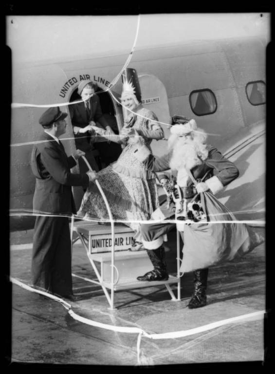 Santa_Claus_at_United_Airport_Burbank_CA_1935_image_2