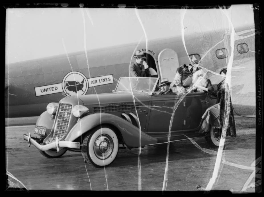 Santa_Claus_at_United_Airport_Burbank_CA_1935_image_3