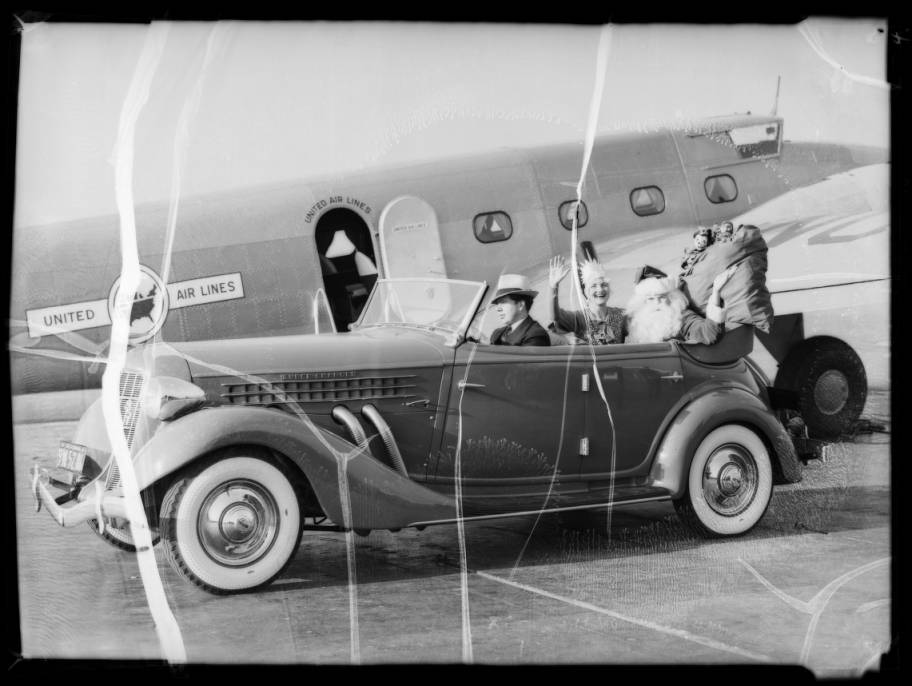 Santa_Claus_at_United_Airport_Burbank_CA_1935_image_4